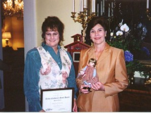 Laura_Bush_presenting_award3